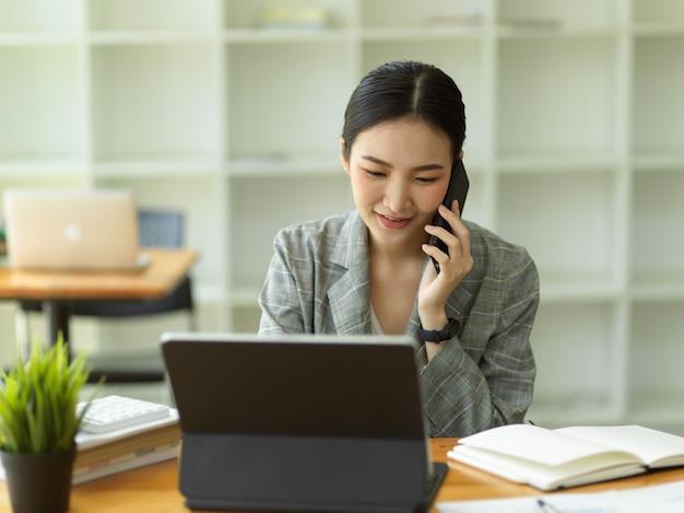 Деловые женщины разговаривают по телефону fmanager консультируют и ведут переговоры с бизнес-клиентами по мобильному телефону