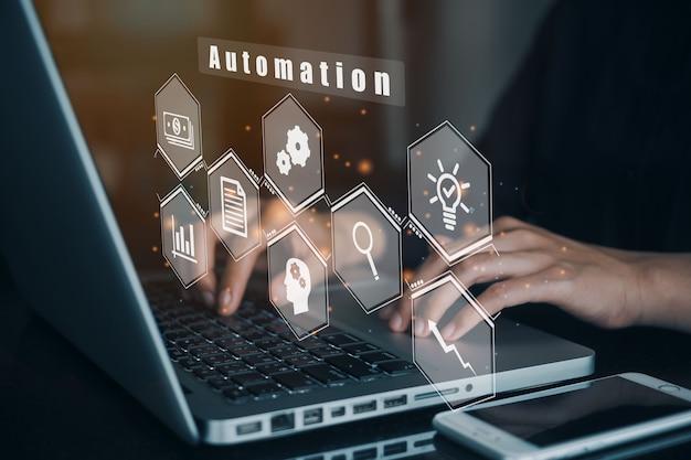 自動化ソフトウェア技術プロセスシステムビジネスコンセプトにコンピューターを使用しているビジネスウーマン。
