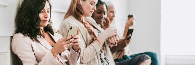 Деловые женщины, использующие цифровые устройства во время ожидания