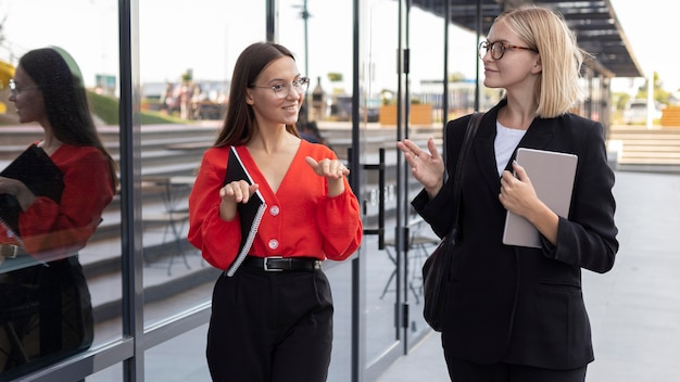 屋外で仕事で手話を使用するビジネスウーマン