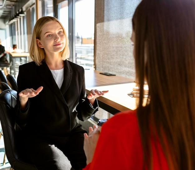 職場で手話を使用するビジネスウーマン