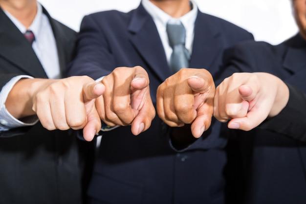 Деловой человек указывает пальцем на свой бизнес.