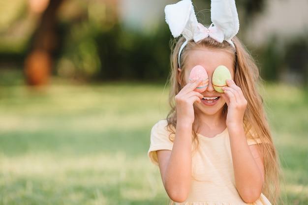 屋外の卵をイースターbusketを持つ子供の肖像画