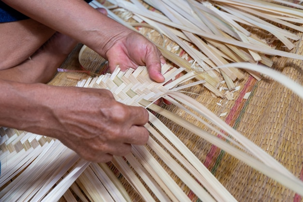 手を作る白い竹busket