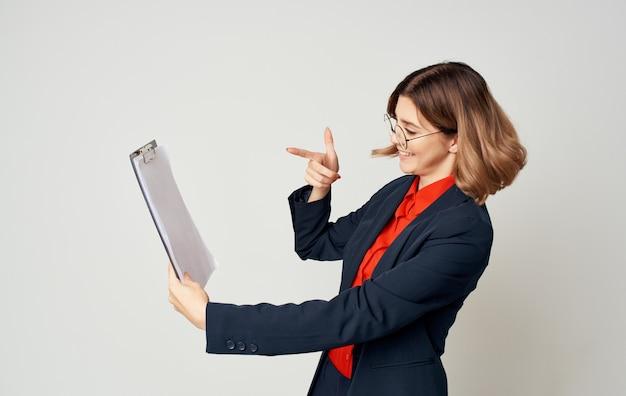 손 감정 작업 사무실에서 문서와 함께 파란색 재킷에 busnesswoman.