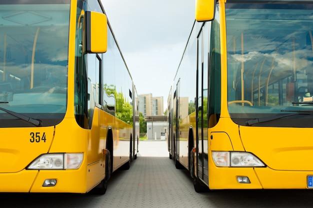 Автобусы, стоящие в ряду на автовокзале или терминале