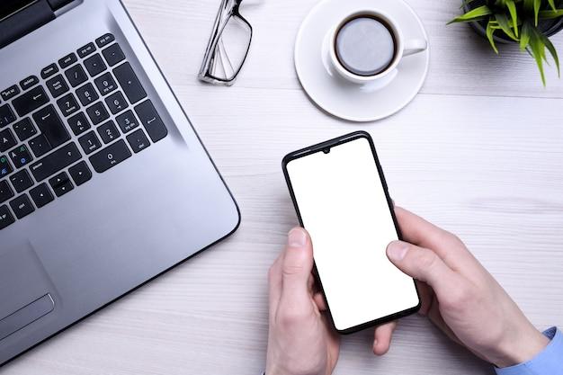 空白の携帯電話、さまざまな供給とbussines木製オフィスデスクの職場