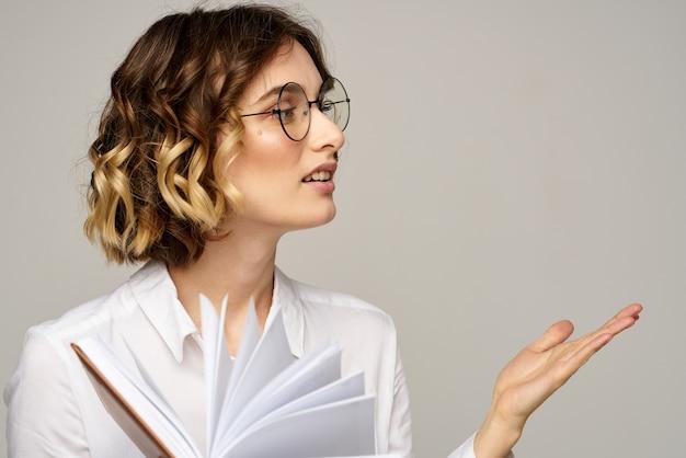 Деловая женщина читает из повестки дня