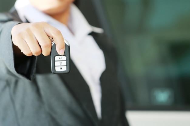 商務女性はリモートの車のキーを表示