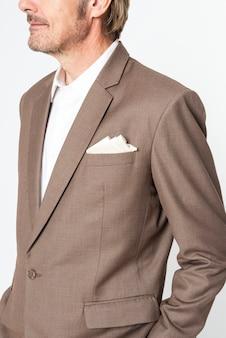 Деловой человек в коричневом костюме студийный портрет