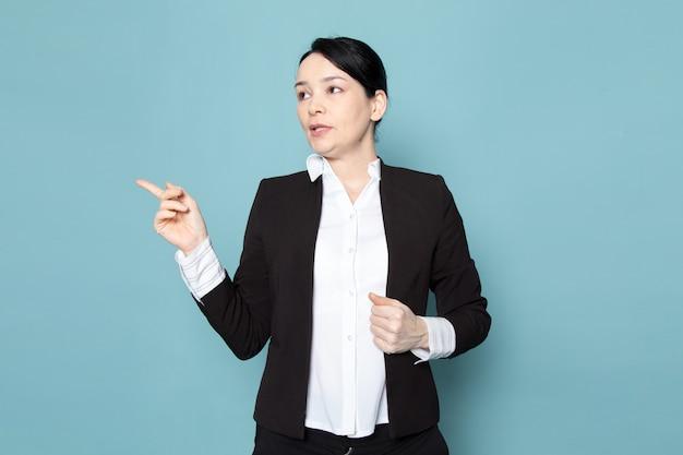 Bussinesswoman в черном костюме, указывая