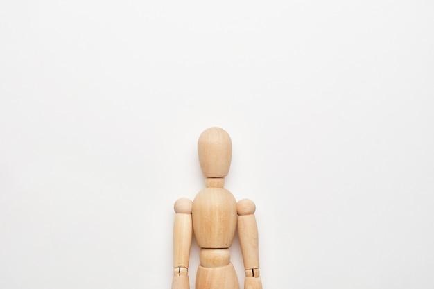 コピースペースのある白い背景の上の木製人形の胸像。