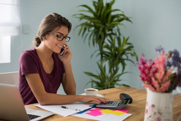 Занят бухгалтер, работающий дома