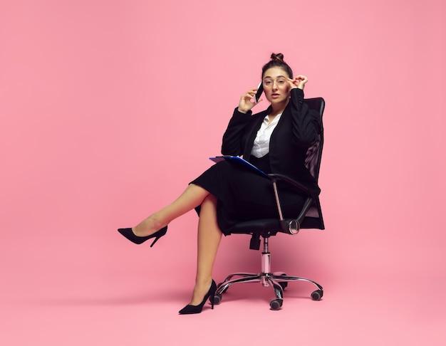 바쁘고 우아함 사무실 복장에 젊은 여성 bodypositive 여성 캐릭터 페미니즘