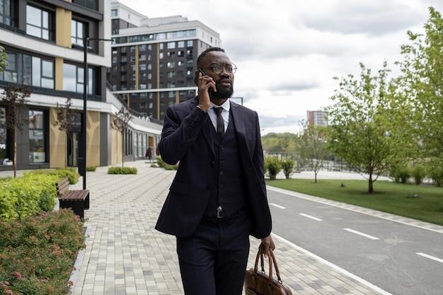 도시 환경에서 전화하는 아프리카 민족의 바쁜 은행가