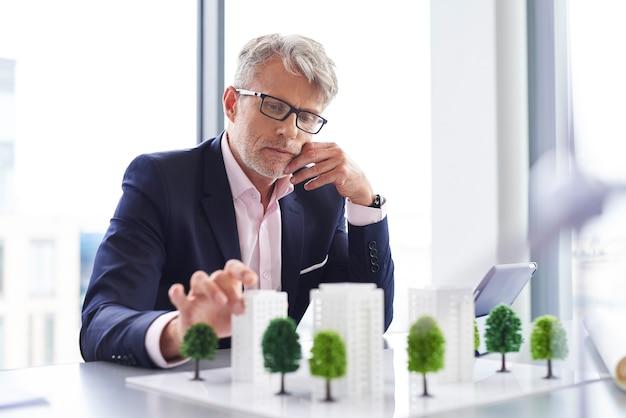 Uomo d'affari impegnato che pensa a una nuova soluzione