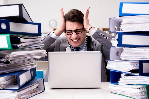 과도한 작업으로 인해 스트레스를 받고 바쁜 사업가.