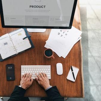 Занятый бизнесмен, использующий компьютер для планирования нового продукта