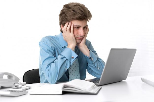 ラップトップコンピューターで忙しいビジネスマン