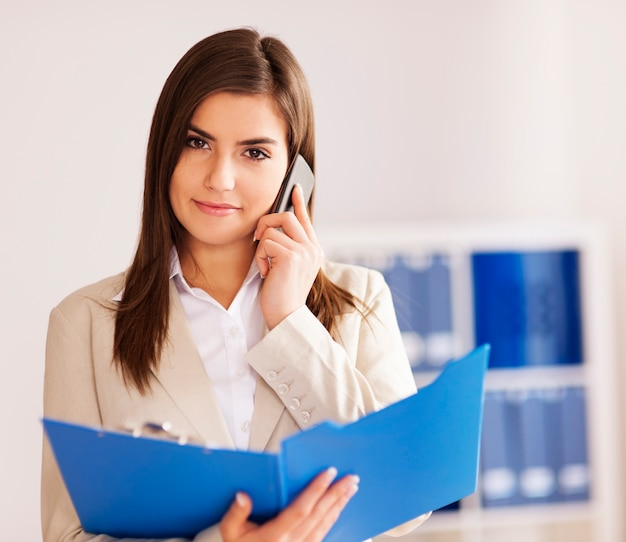 Imprenditrice impegnata a parlare su smart phone