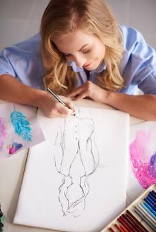 忙しいが幸せな若い画家