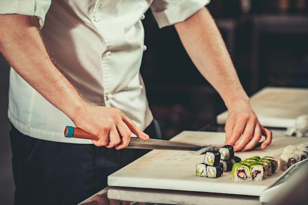 Занят шеф-повар на работе в кухне ресторана