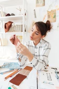 Занятая креативная женщина дизайнер работает в своей студии