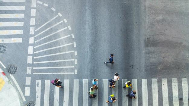 Занятый толпа города переезжает на пешеходный переход