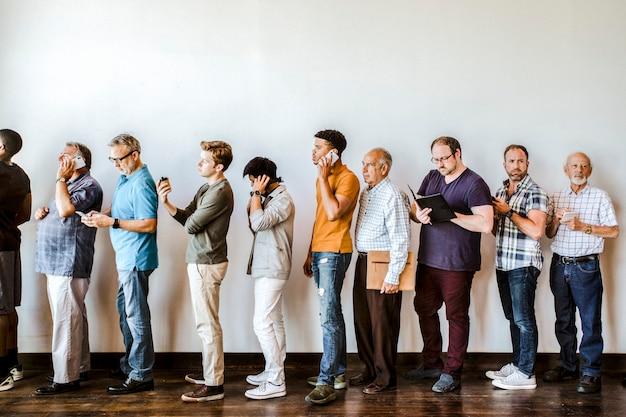 Занятые разные мужчины, стоящие в очереди
