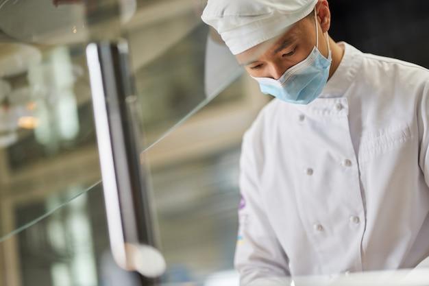 레스토랑에서 일하는 바쁜 집중된 남성 요리사