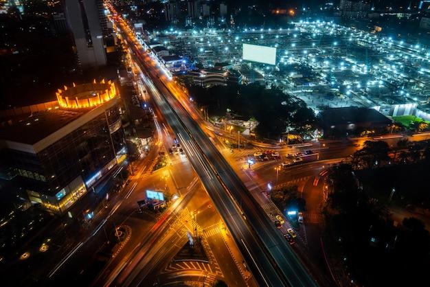 Оживленная развязка шоссе в центре мегаполиса в ночное время Premium Фотографии