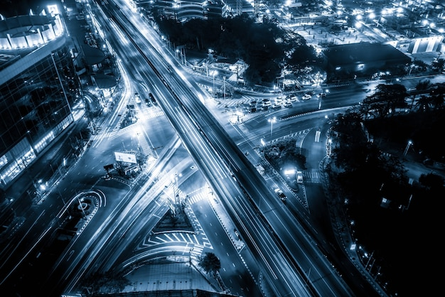 Оживленная развязка шоссе в центре мегаполиса в ночное время
