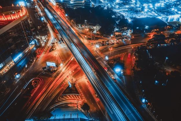 밤에 대도시 도심의 바쁜 고속도로 교차로