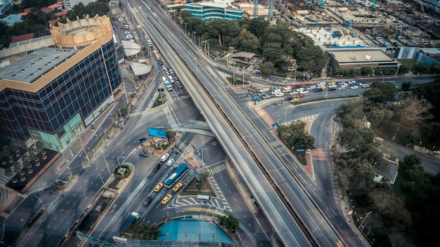 Оживленная развязка шоссе в центре мегаполиса