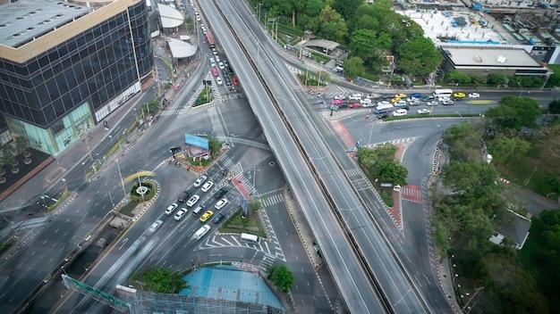 대도시 도심의 바쁜 고속도로 교차로