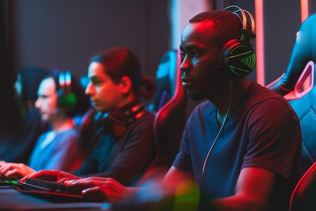 ビデオゲームの開発に焦点を当てた忙しい男性