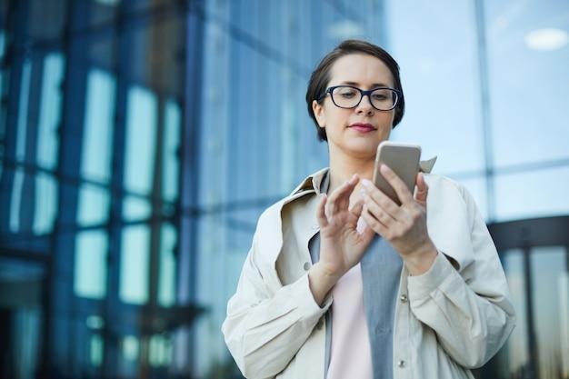 Занятая женщина проверяет электронную почту