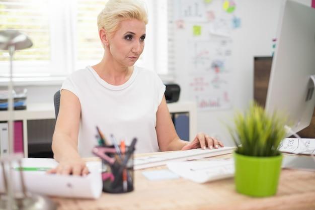 忙しい女性は自分の仕事に集中
