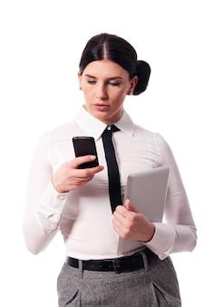 電話とデジタルタブレットで忙しい女性