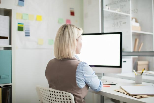 Занятая женщина работает с современным компьютером
