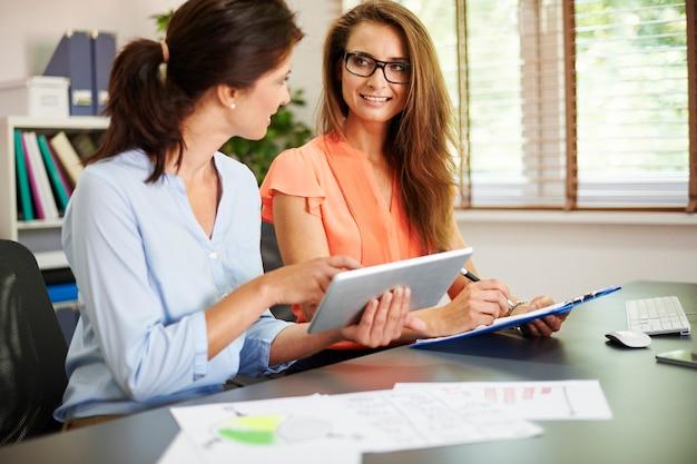 Donne impegnate che lavorano in ufficio
