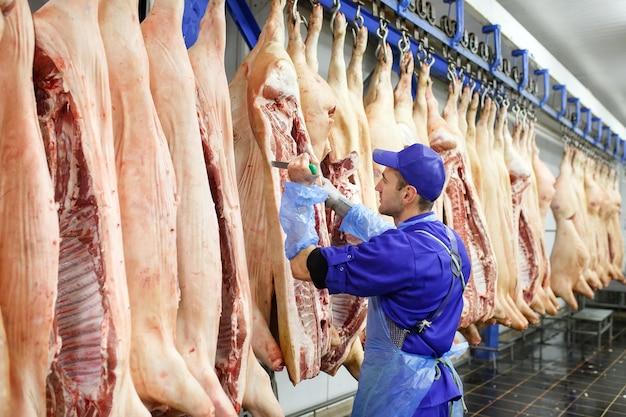肉製造で豚肉を切る肉屋。