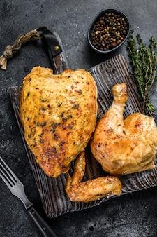 鶏肉の丸焼き焼き。黒の背景。上面図。