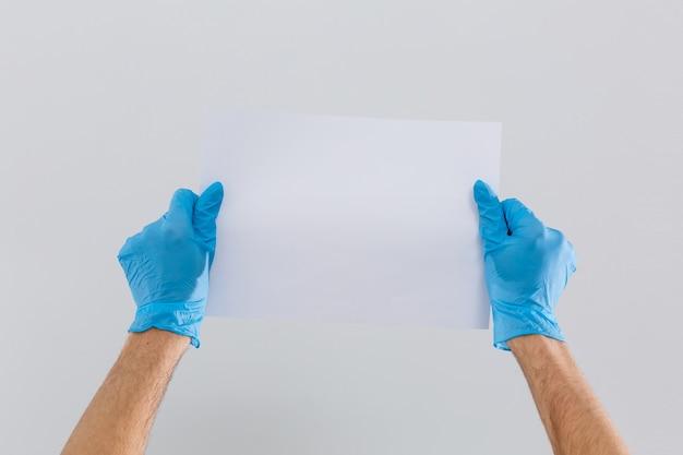 집사 또는 컨시어지 손이 빈 메모를 들고 있습니다. 흰색 절연 오른쪽에서 뻗은 손으로 가로 형식 팔.