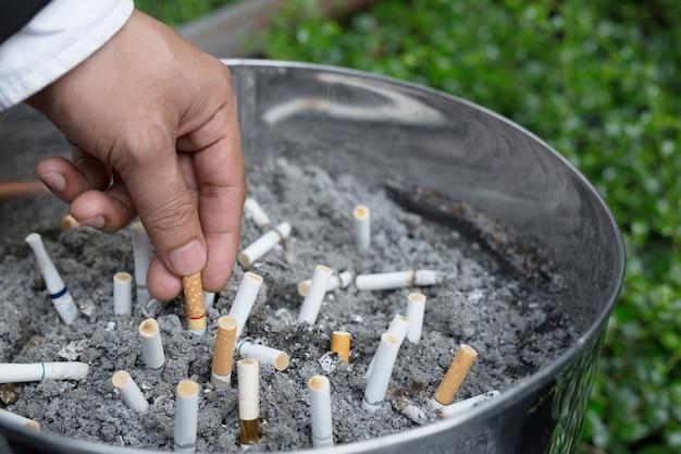 재떨이에 담배 꽁초. 많은 종류의 담배가 있습니다