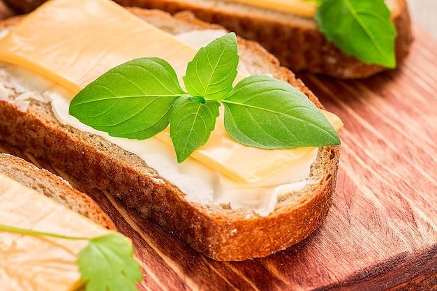朝食にバターとパン。