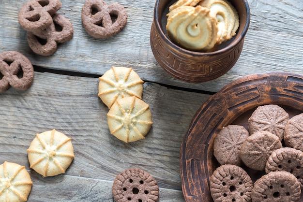 木製のテーブルにバターとチョコレートチップクッキー