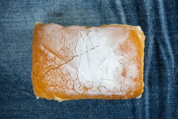 Сливочный хлеб посыпать сверху глазурью