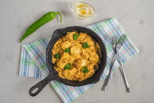 バターチキンカレー。柔らかい鶏の胸肉、クリーム、バター、蜂蜜入りのマーガマハニ