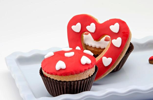 Масляное печенье, украшенное помадой и кексом, день всех влюбленных